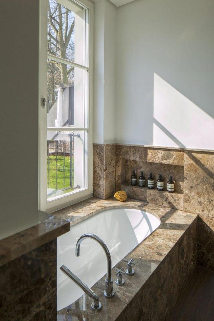 Badewanne im Badezimmer der Peter-Lenné Str