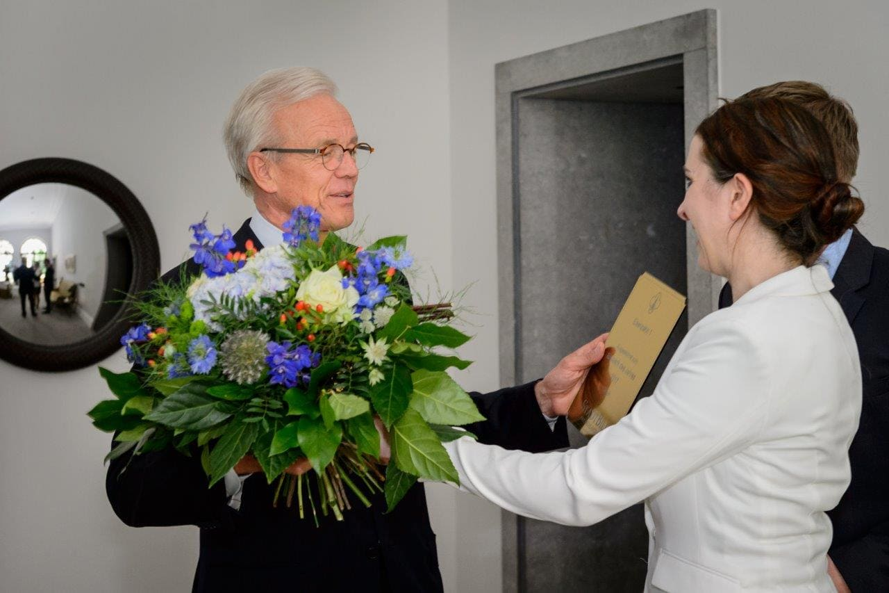 Ralf Schmitz nimmz die Auszeichnung entgegen