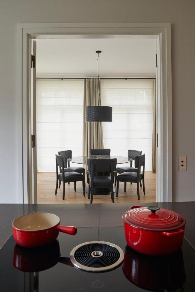 Blick von der Küche zum Esszimmer mit Berker Schalter an der Wand