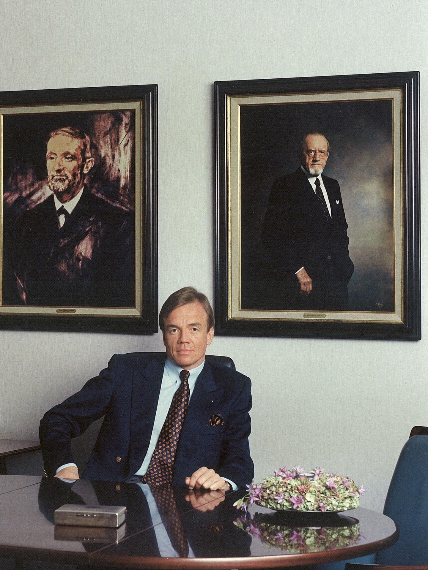 Ralf Schmitz in front of the portraits of Peter Heinrich and Hieronymus Schmitz
